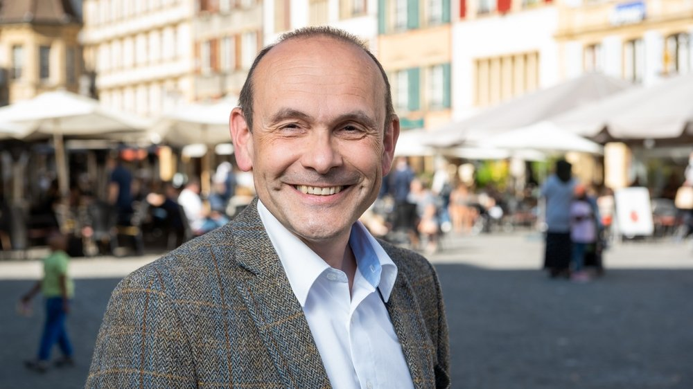 """""""J'ai l'impression d'avoir trois jobs"""" confie Mauro Moruzzi, conseiller communal de Neuchâtel."""