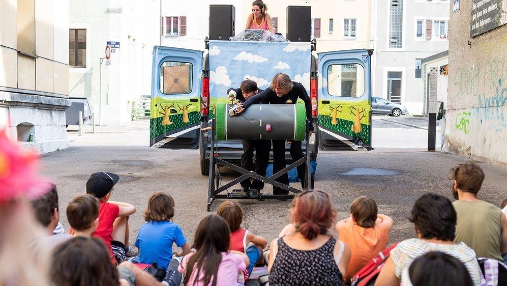 De nombreux festivals, comme la Plage des six pompes (en 2018), ont trouvé des solutions astucieuses pour accueillir les festivaliers de manière à la fois sécurisée et conviviale.