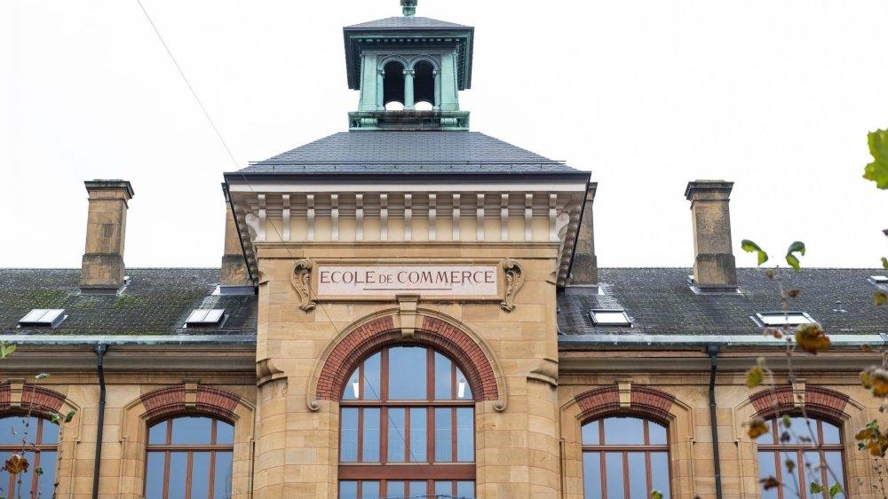 Malgré un rendement énergétique moindre, des tuiles solaires seront posées sur les toits du bâtiment historique du lycée Jean-Piaget, à Neuchâtel.