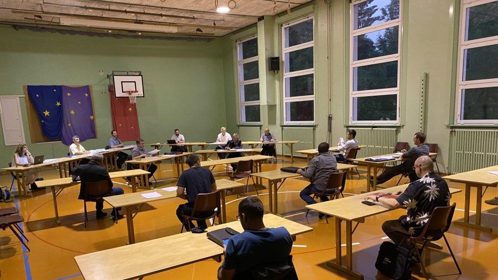 La séance du Conseil général s'est déroulée à la salle de gym de La Côte-aux-Fées.