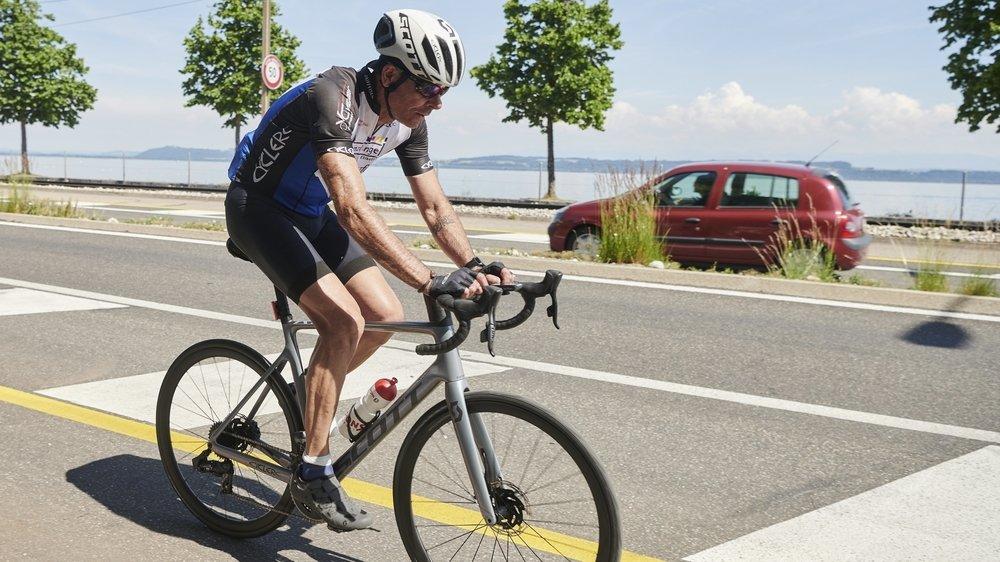 Après 100 km à pied et 38 km à la nage, Christophe Le Roux a tourné trois fois autour du lac de Neuchâtel à vélo, soit 300 km.