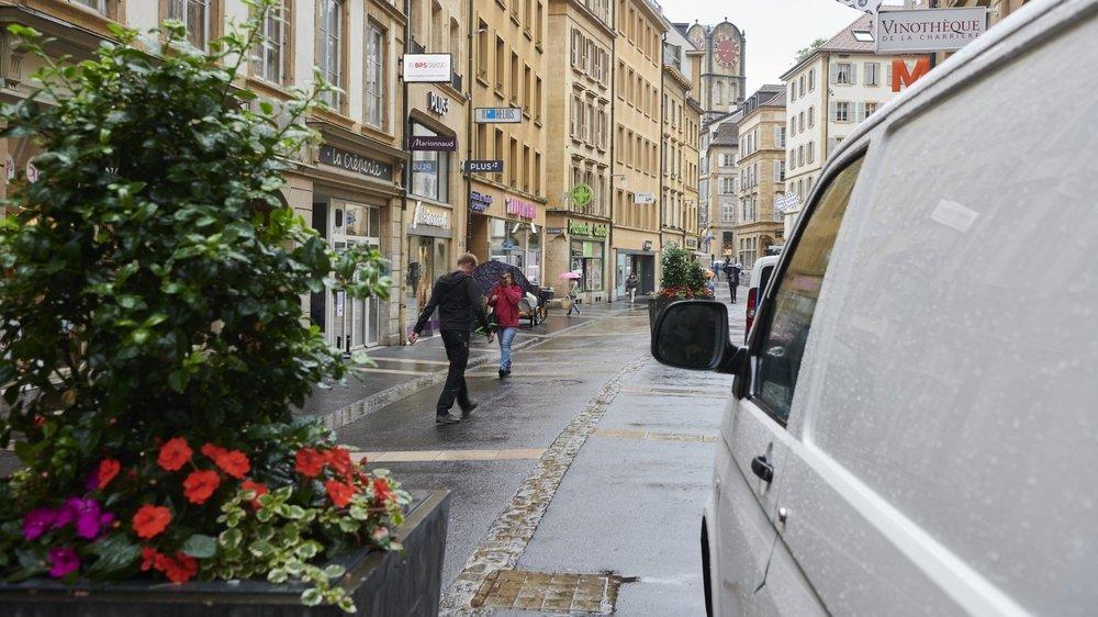 """Un véhicule le long de la rue de l'Hôpital. Les piétons doivent trop souvent """"faire avec""""."""