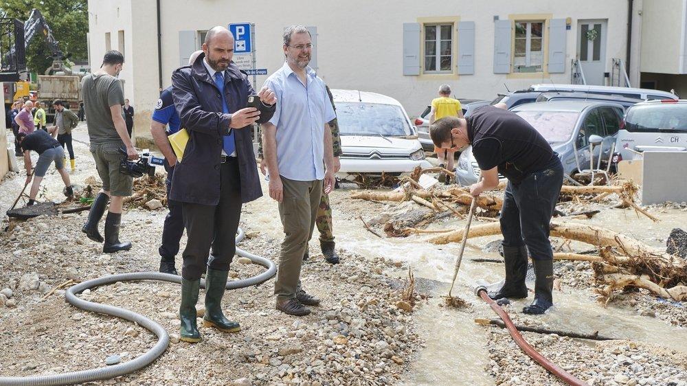 Le président du Conseil d'Etat Laurent Favre (à gauche) est venu constater les dégâts à Cressier, avec l'ingénieur cantonal Nicolas Merlotti.