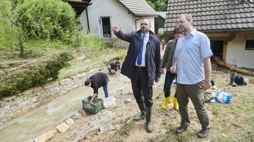 L'ingénieur cantonal Nicolas Merlotti, à droite, était à Cressier au lendemain des inondations, ici avec le conseiller d'Etat Laurent Favre.