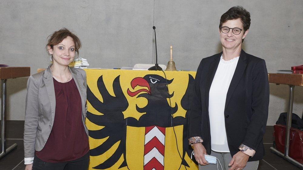 Aurélie Widmer (a gauche) remplace Sylvie Hofer-Carbonnier à la présidence du Conseil général de Neuchâtel.