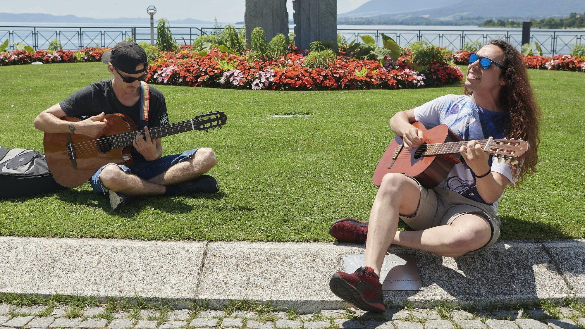 Jérémy Soulier et Laszlo Corti (à droite) se retrouvent chaque été pour se produire dans la rue.