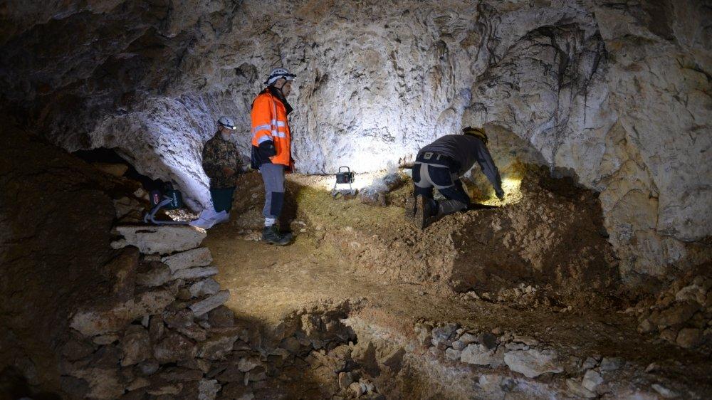 Jacques Matthey, François-Xavier Chauvière et Frédéric Brenet dans la grotte des Plaints.