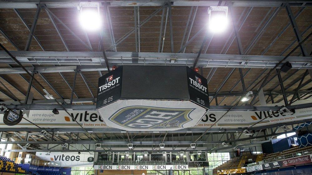 La Chaux-de-Fonds: pleine puissance pour deux des 56 nouvelles lampes de la patinoire des Mélèzes.