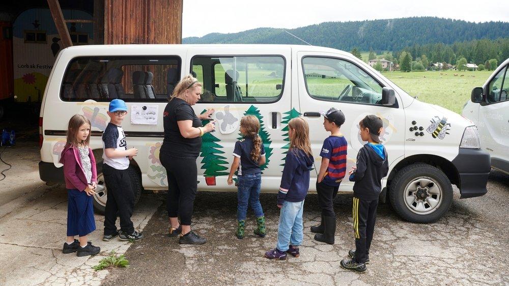 Le bus scolaire de la Chaux-du-Milieu décoré avec les dessins des élèves.