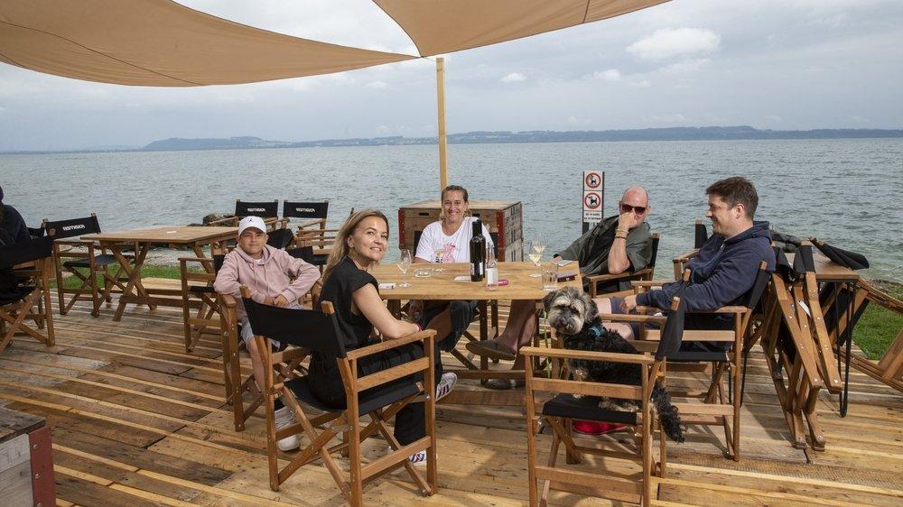 Virginie, au centre, en bonne compagnie pour un apéro au Phare, à Neuchâtel.