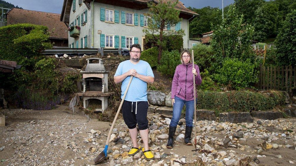 Yan Dépraz et Marion Vinet dans le jardin d'une des maisons de Frochaux. Comme en juin 2018, le Mortruz a inondé les habitations en coulant le long de la route cantonale, juste derrière eux.
