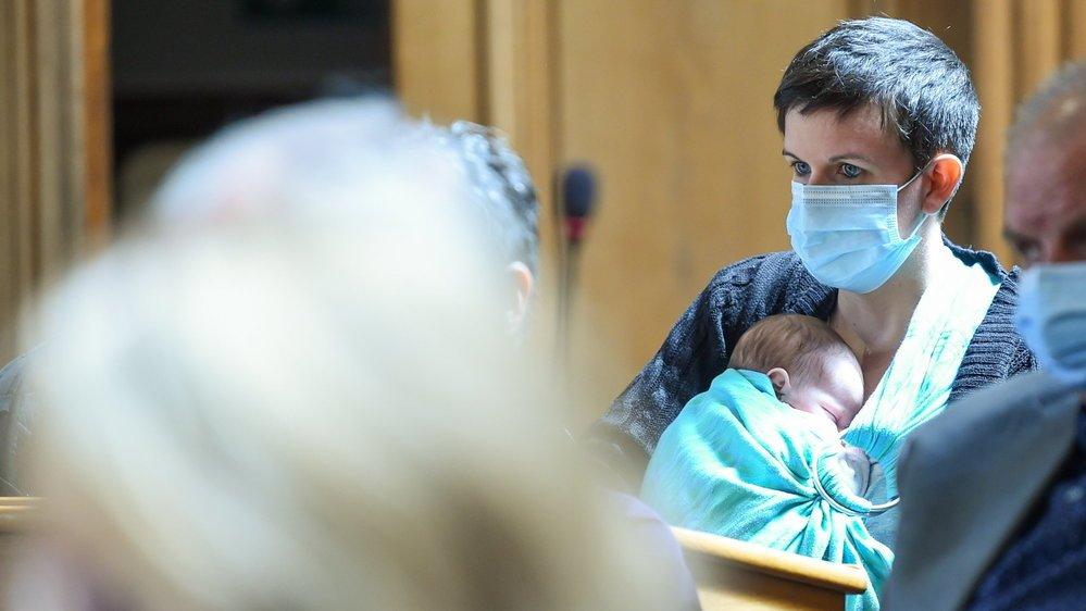 La députée Sarah Curty au Grand Conseil avec son bébé.