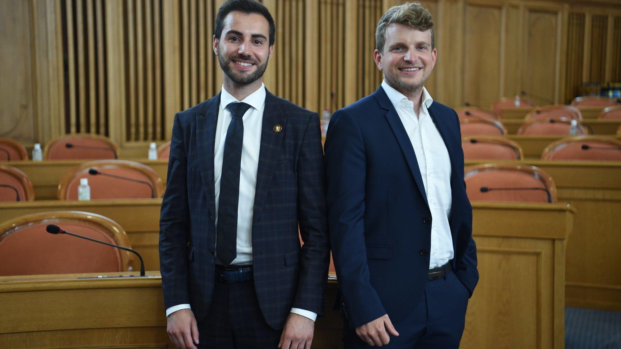 Quentin Di Meo (à g.) et Baptiste Hunkeler dans la salle du Grand Conseil, à Neuchâtel.