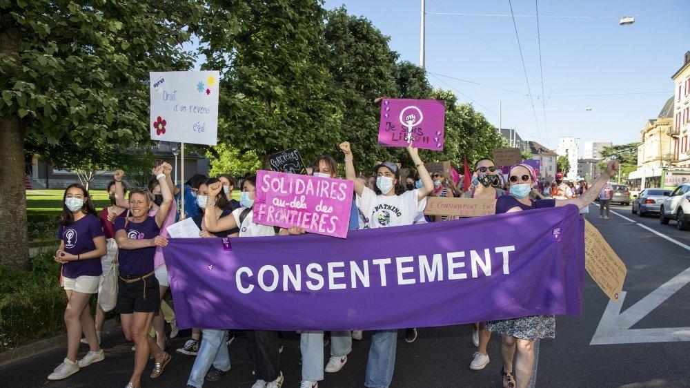 Les manifestants ont revendiqué l'égalité entre les femmes et les hommes avec force et bonne humeur.