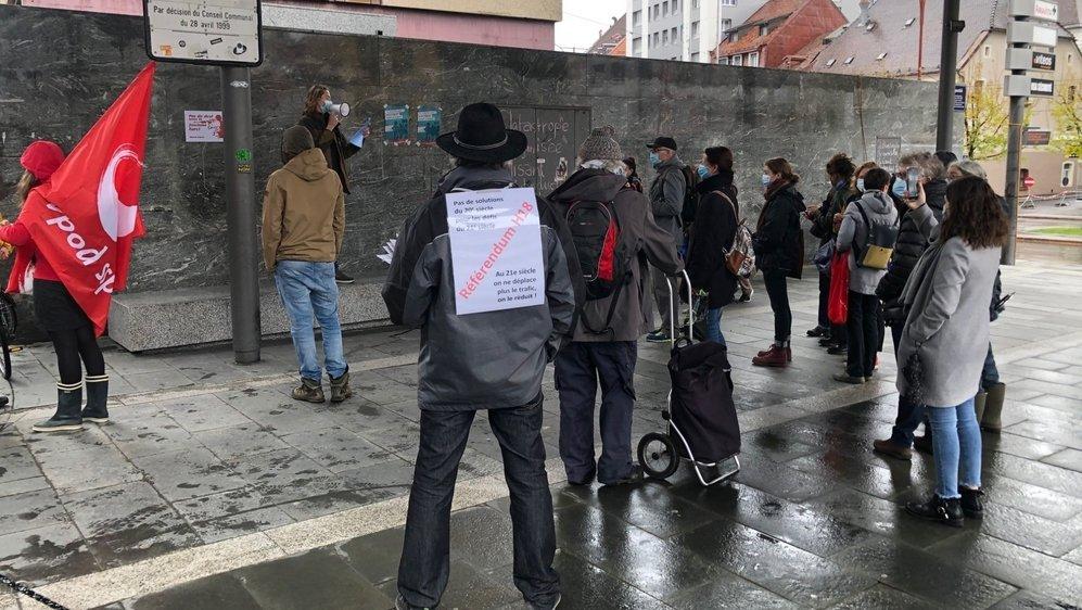 Une quarantaine de défenseurs du climat se sont mobilisés à la place Espacité, à La Chaux-de-Fonds.