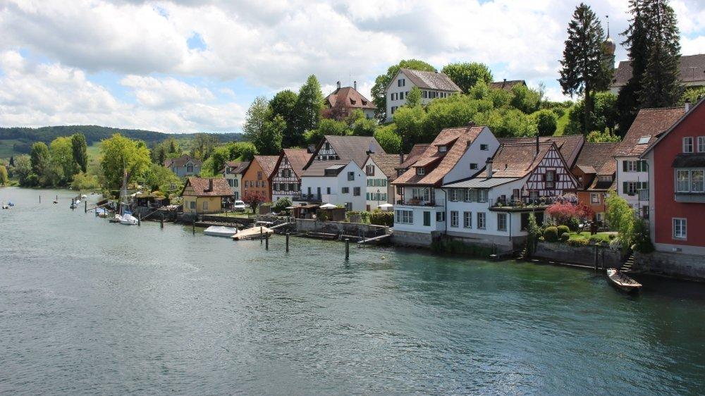 A Stein am Rhein, les maisons semblent flotter sur le fleuve, tant elles sont proches du cours d'eau.