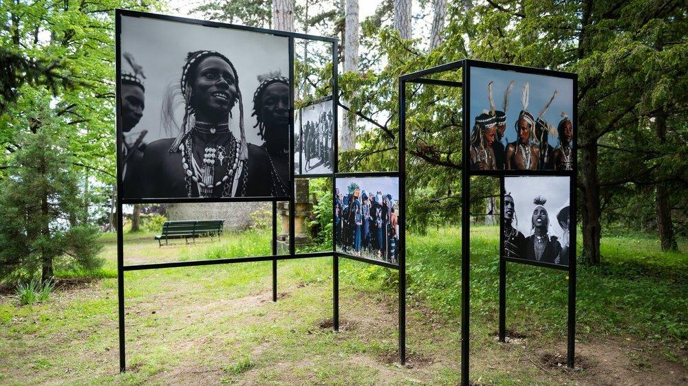 Une exposition à ciel ouvert dans le parc du musée d'ethnographie.