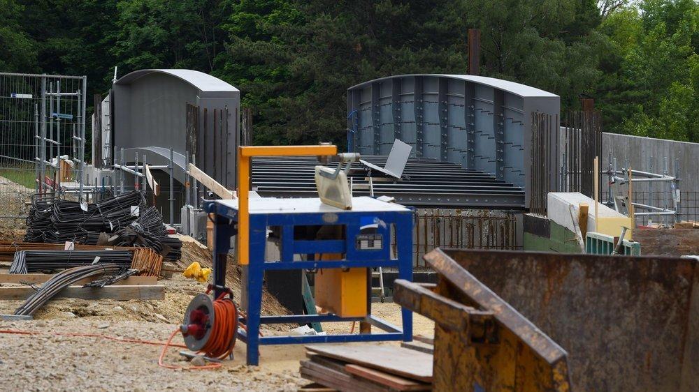 Le principal élément du pont a été posé. Les travaux dureront encore jusqu'en septembre.