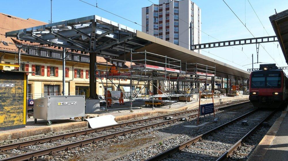 Les marquises qui dataient de plus d'un siècle sont en cours de remplacement à la gare de La Chaux-de-Fonds.