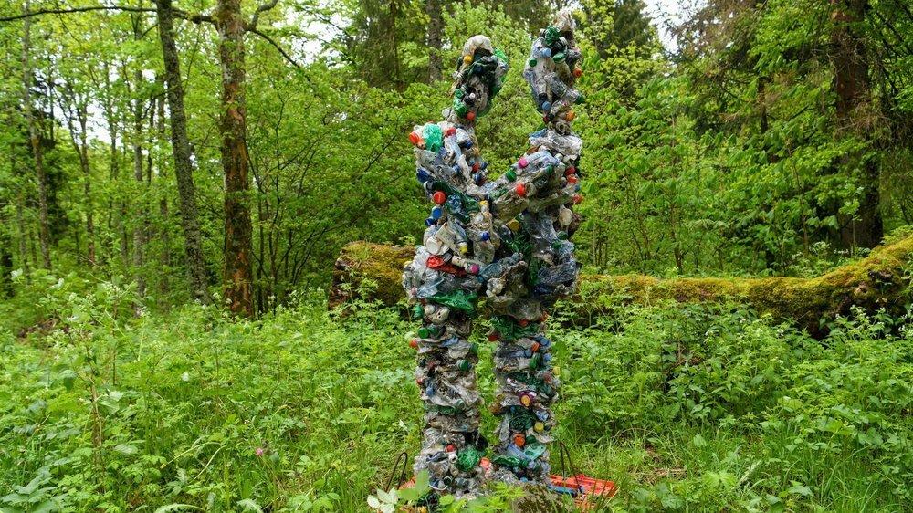 """Art-en-Vue: """"PETamour» de l'artiste Emmanuel Dupasquier, dit Paxon, symbolise un amour toxique.   La Vue-des-Alpes, le 5 juin 2021 Photo: Christian Galley"""