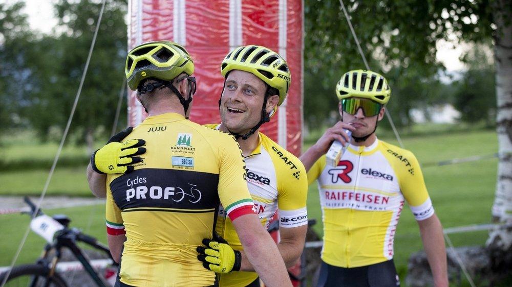 Nicolas Lüthi (de face) reçoit les félicitations d'un membre de son team «Cycles Prof».