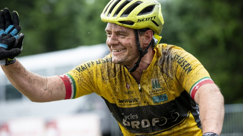 Jérôme Lüthi concourt pour la première fois sur un vélo électrique: «Sur un VTT classique, la course aurait été beaucoup trop dure pour mes articulations. Mais je garde l'esprit de compétition.»