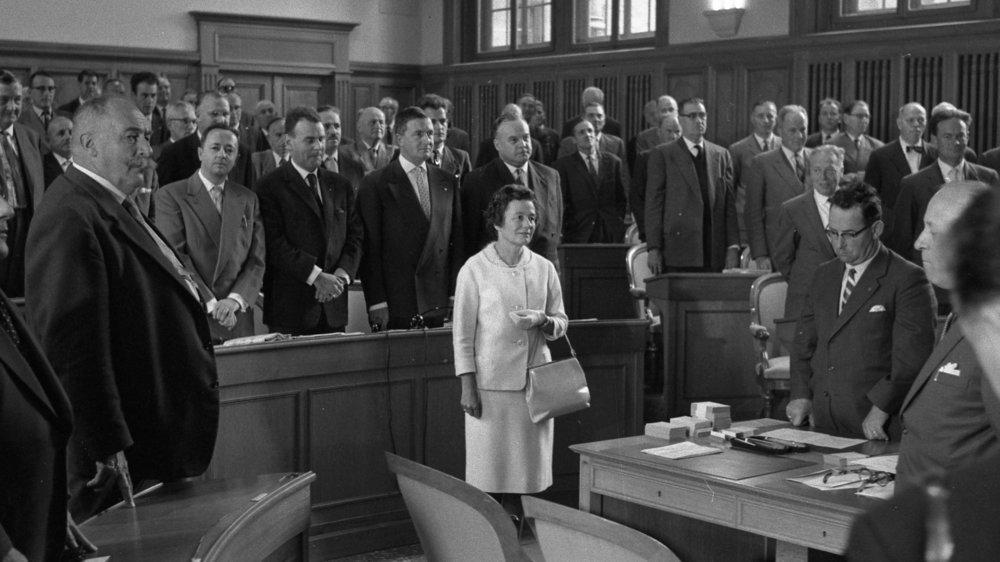 Raymonde Schweitzer, première femme députée de Suisse, lors de son assermentation devant le Grand Conseil neuchâtelois, le 27 septembre 1960.