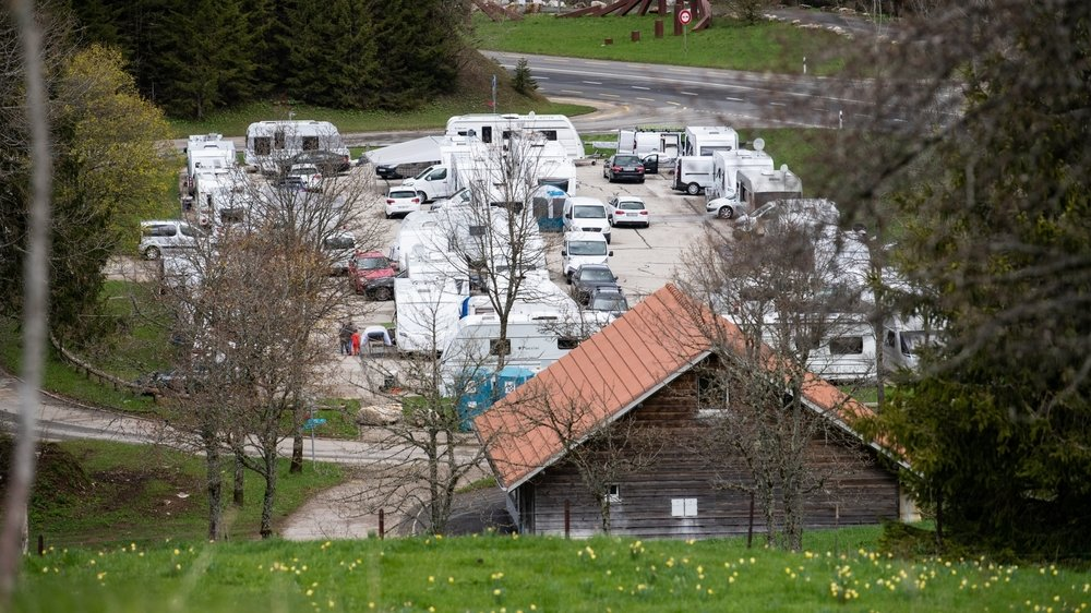 Des gens du voyage étrangers quelques jours après leur installation, le 15 mai, à La Vue-des-Alpes.