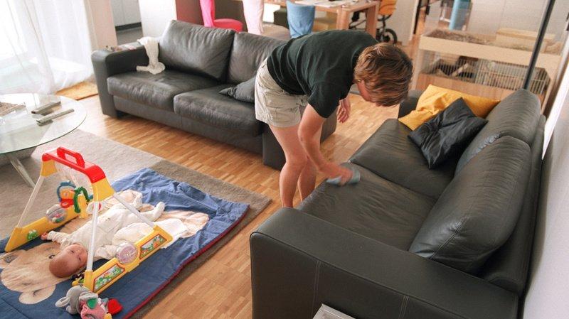 Les femmes ont non seulement consacré nettement plus de temps que les hommes au travail domestique et familial, elles ont encore augmenté leur part depuis 2010 (illustration).