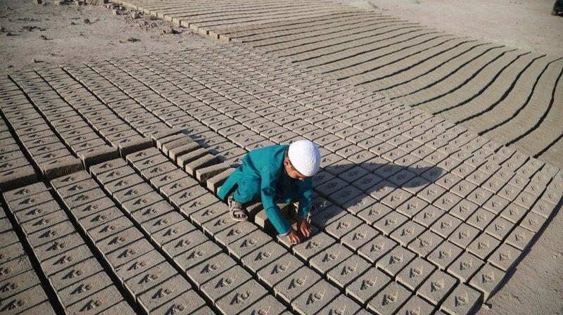 Ce jeune garçon travaille dans une briqueterie, à Jalalabad, en Afghanistan.