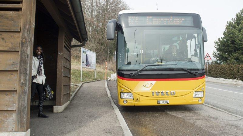 CarPostal (ici un véhicule neuchâtelois à Montmollin) reprendra les conducteurs actuellement employé par les deux entreprises jurassiennes.