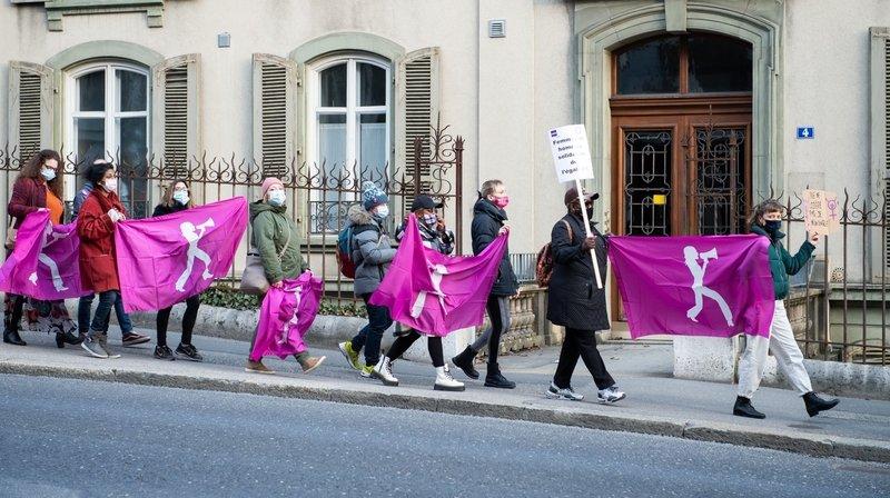 Des bâtiments neuchâtelois se parent de violet pour la grève féministe