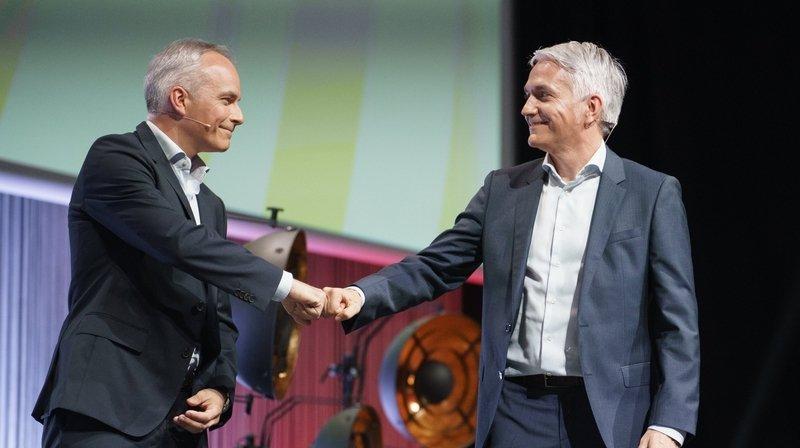 Olivier et Patrick Haegeli, directeurs généraux adjoints de l'entreprise célèbre la première place lors de la remise du prix lundi 7 juin 2021.