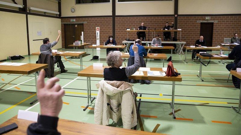 Comme en décembre 2020, la séance du Conseil général de Rochefort s'est tenue à la salle de gymnastique du bâtiment communal polyvalent.
