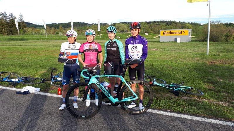 Crystel Matthey (troisième depuis la gauche) a terminé troisième de cette première manche, alors qui Nicolas Bialon (tout à droite) a dominé la course en cadets.
