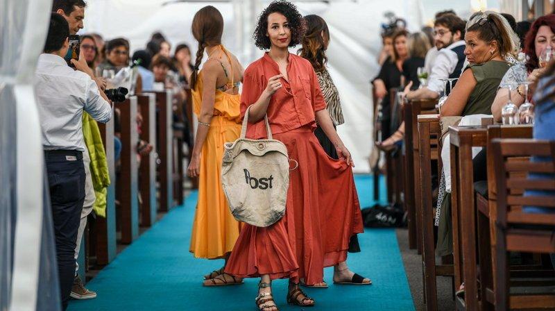 Seize jeunes femmes ont défilé à La Marina, à Neuchâtel, avec des sacs de La Poste recyclés.
