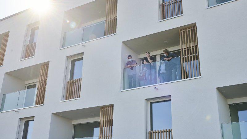 Et vogue La Capitane, un immeuble d'appartements avec encadrement, à Saint-Aubin-Sauges