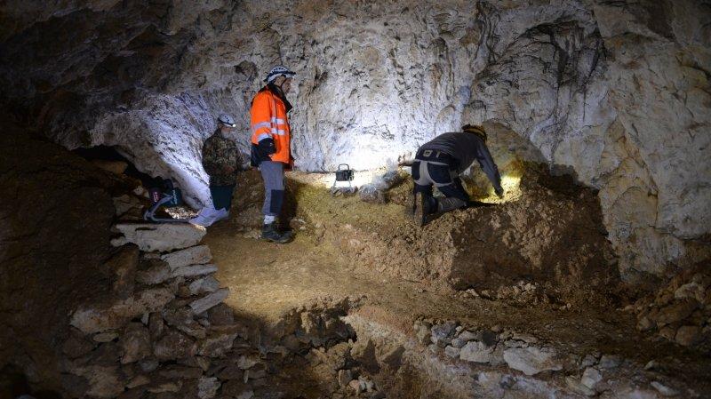 Val-de-Travers: après les fouilles clandestines, les archéologues réinvestissent la grotte des Plaints