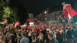 Au cœur de l'Euro: les fans danois laissent éclater leur joie à Copenhague