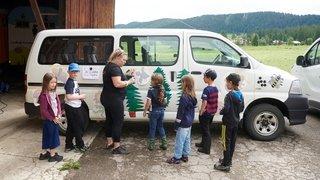 Les enfants décorent leur bus à La Chaux-du-Milieu
