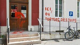 Le bâtiment de l'Action sociale de La Chaux-de-Fonds barbouillé par un tag évoquant de mauvais traitements envers les Juifs