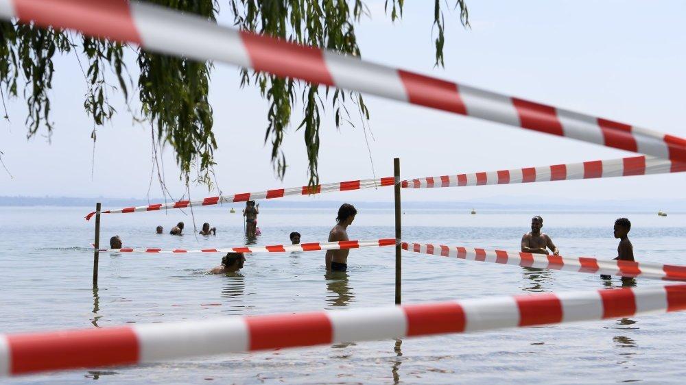 La baignade est à nouveau autorisée sur le territoire neuchâtelois. Mais la navigation reste proscrite et des restrictions s'appliquent localement, comme ici aux Jeunes-Rives, à Neuchâtel.