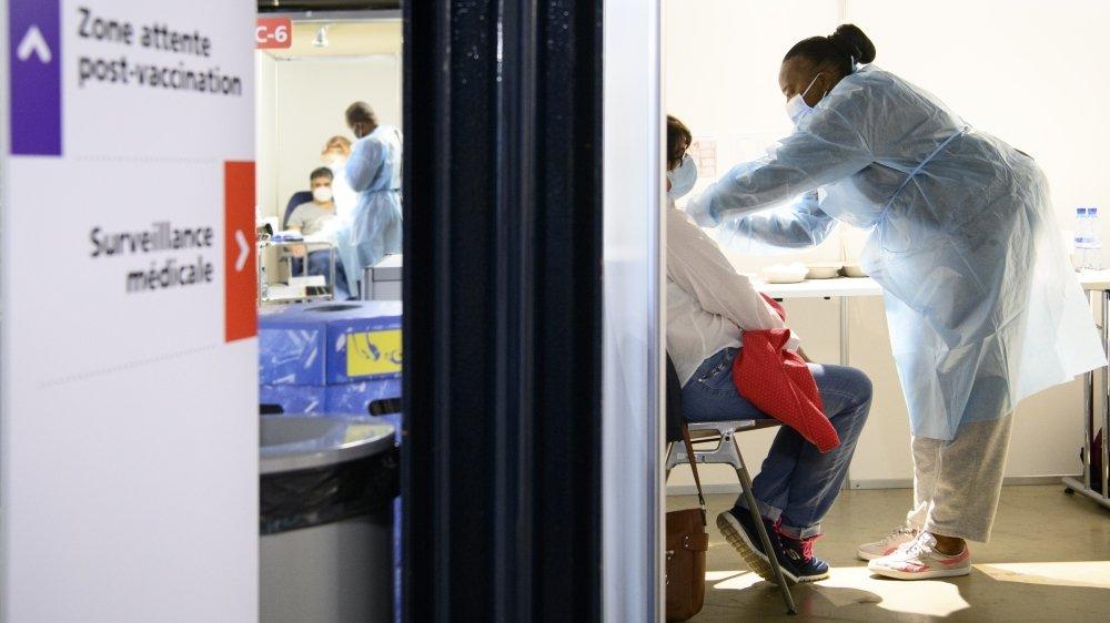 Dans de rares cas, une réaction allergique pouvant aller jusqu'au choc anaphylactique a été observée. Celle-ci survenant dans les minutes suivant la piqûre, le protocole indique aux personnes vaccinées de patienter quinze minutes après avoir reçu leur dose.