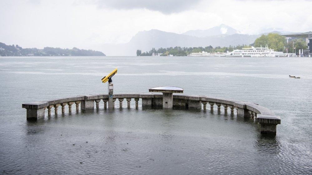Vendredi, en milieu de matinée à Lucerne, le lac avait atteint son niveau maximal de 434,90 m au-dessus de  la mer. Lors des inondations de 2005,  son niveau était de 435,23m.