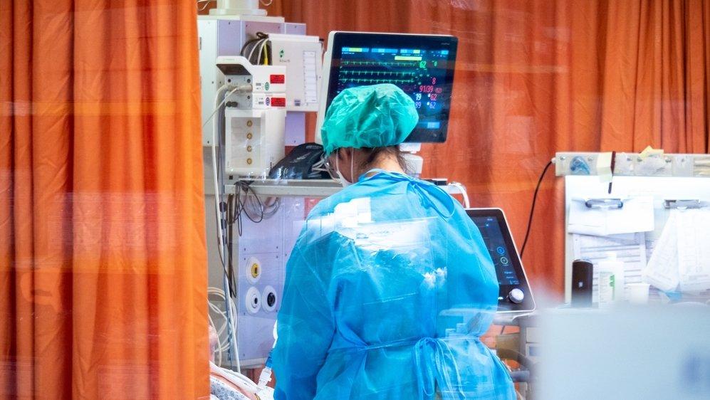 Selon l'infectiologue Antoine Flahaut, «il y a bien assez de plus de 50 ans non vaccinés pour créer des conditions de saturation des hôpitaux.»
