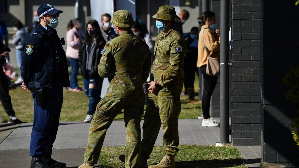 Des troupes des forces de défense australiennes se sont jointes à la police pour patrouiller dans les rues de certains quartiers de Sydney afin de s'assurer que les consignes sanitaires sont respectées.