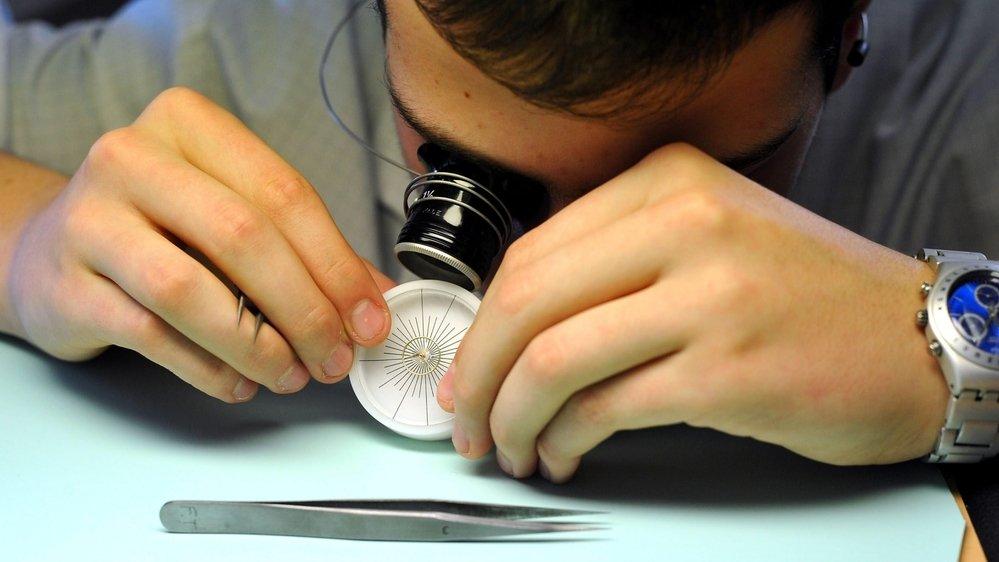 Dans le canton de Neuchâtel, les métiers de l'horlogerie représentent une piste de réinsertion pour les personnes qui ne peuvent plus exercer leur profession d'origine.
