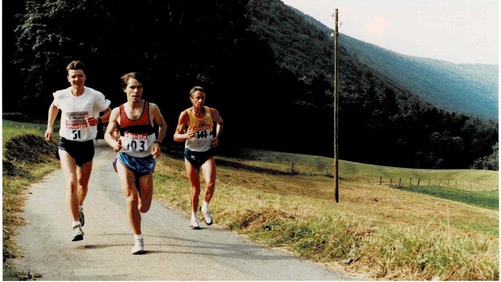 Passage de Didier Fatton (dossard 51), Jean-Blaise Montandon (103) et Daniel Siegenthaler (141) au pied de Clémesin lors de l'édition 1988 du Chaumont - Chasseral - Chaumont.