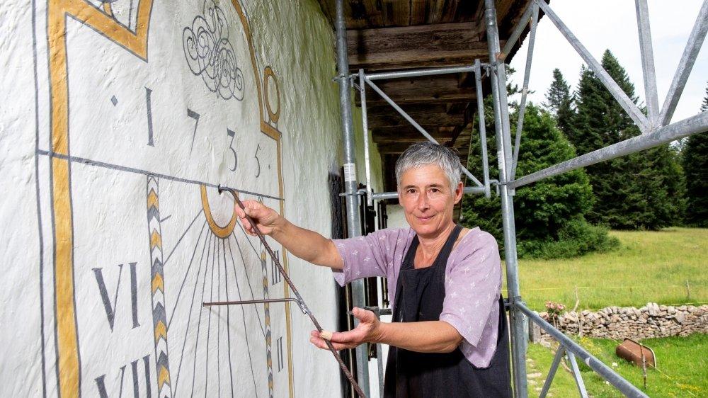 Elisabeth Regamey, cadrannière au travail sur le chalet Beauregard, au Crêt-du-Locle.