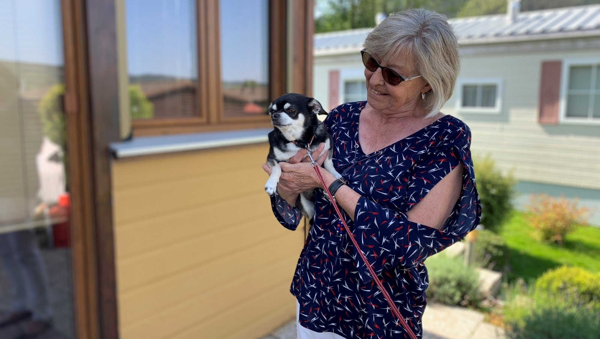 Au camping des Brenets, Nicole Berra vit toute l'année dans son mobile home avec son chien Fax.